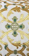"""Парча """"Кованый крест"""" (белая/золото с зелёным)"""